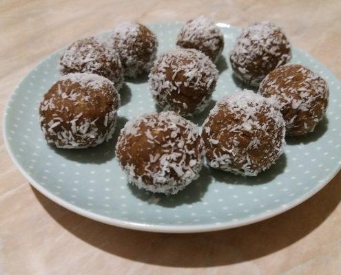 Szilvás-fahéjas kókuszgolyó steviával